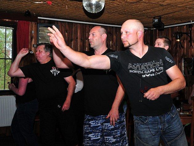 Nebývalou koncentraci Jirků a jejich příznivců hlásila v sobotu odpoledne chebská restaurace Papírák. Odehrál se tu totiž první ročník ´Šipkového turnaje na Jiřího´.