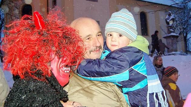 Už podesáté se děti i dospělí z Dolního Žandova sešli na náměstíčku pod kostelem, aby společně slavnostně rozsvítili vánoční stromeček.