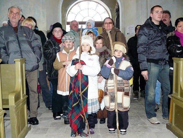 V pořadí už třetí vánoční koncert odehrál ženský pěvecký sbor Luběnky za houslového doprovodu Jiřího Schneidera, flétnový soubor Kamínky a dětský dramatický soubor plesenské základní školy v lomničském kostele.