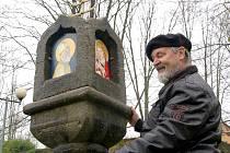 KRONIKÁŘ Jindřich Josef Turek kontroloval umístění svatých obrázků na božích mukách u hradu Cheb.