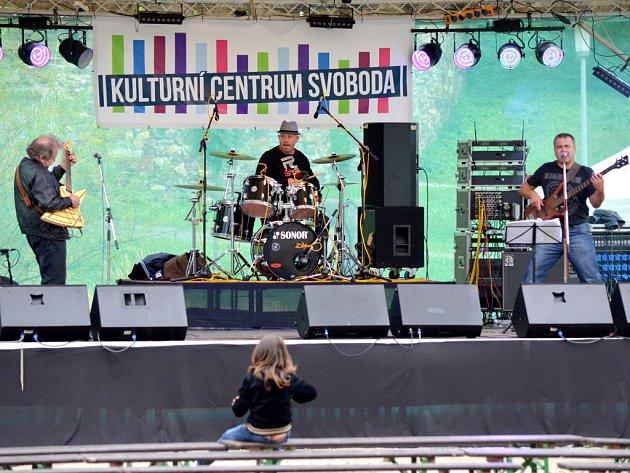 ROCKOVÁ KAPELA Quo Vadis z Chebu a Františkových Lázní dostala svými písněmi návštěvníky oslav doslova na kolena.