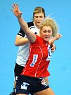 Házenkářky Norska (v červeném) si na úvod turnaje poradily s výběrem Švýcarska.