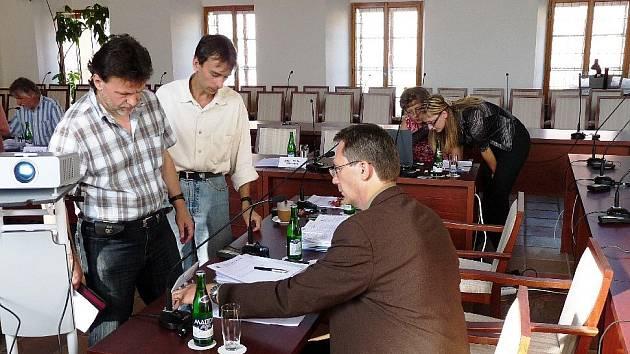 Obřadní síň chebské radnice dostala nový nábytek.