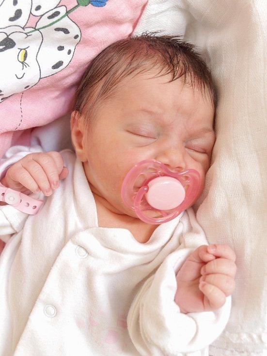 EVELÍNA VAVRINČÍKOVÁ se narodila v pondělí 12. ledna v 22.42 hodin. Při narození vážila 2 830 gramů a měřila 48 centimetrů. Maminka Lucie a tatínek Patrik se těší z malé Evelínky doma v Chebu.