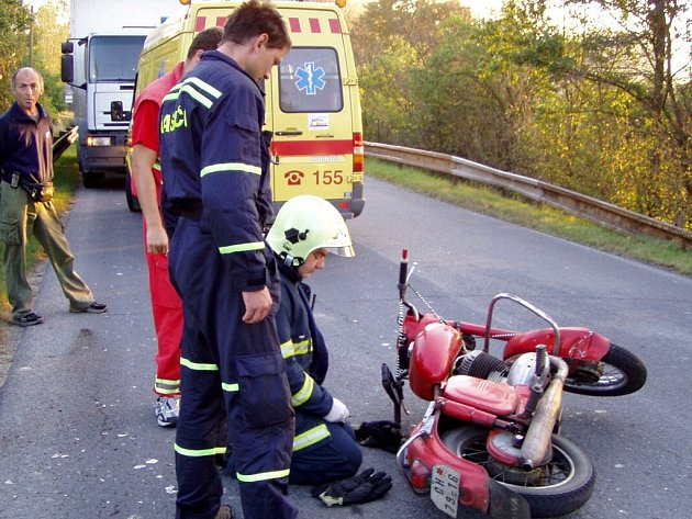 Nehoda motorkáře ve Skalné je hrůzostrašně vypadala. NIkomu se naštěstí nic nestalo