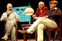 JAN BUDAŘ (vlevo) a spisovatel Robert Neubert (vpravo) si nechali nalít sklenici oblíbeného portského vína.