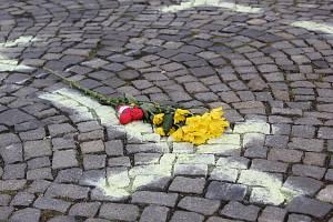 Každý z křížů na chebském náměstí připomíná jednoho člověka, který zemřel v souvislosti s pandemíí koronaviru.