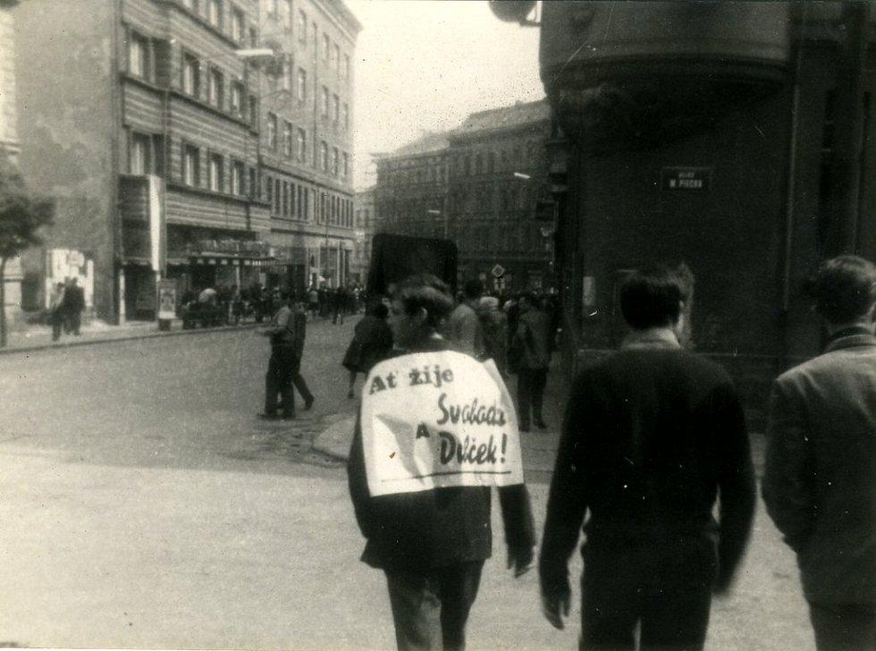 Srpen 1968 v Chebu. Křižovatka třídy Svobody a Májové ulice