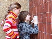 Už potřetí si žáci a studenti Svobodné chebské školy (SCHŠ) aktivně připomněli Den Země. Skupina studentů připravila program, který se nesl v duchu recyklace a zpracování odpadu jako druhotné suroviny.