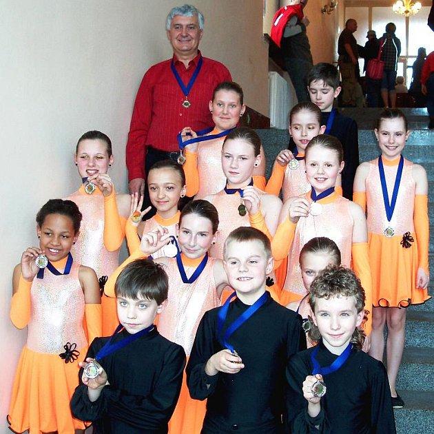 V plesových formacích v dětské kategorii si chebští tanečníci vybojovali se svým předtančením ´Ča-ča´ v choreografii Vladimíra Hány druhé místo a tím si zajistili postup šampionát ČR.