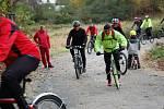 CYKLISTÉ, kteří přišli slavnostně otevřít novou cyklostezku z Doubravy u Aše do Saska, měli možnost ji ihned vyzkoušet.