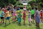 """Děti z Pomezí nad Ohří, ale také z okolí si užily odpoledne plné zábavy. To pro ně na hřišti v Dolní Hraničné připravil místní obecní úřad. Na malé návštěvníky čekala spousta soutěží a také veselé vystoupení hudebního divadla Hnedle vedle. """"Všichni se od"""