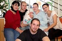 TOMÁŠ FRITSCH se poprvé rozkřičel v neděli 22. prosince v 18.57 hodin. Na svět přišel s váhou 2 930 gramů a mírou 47 centimetrů. Z malého Tomáška se raduje doma ve Skalné bráška Tadeášek, maminka Nikola a tatínek Roman.