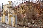 BÝVALÁ KASÁRNA na chebském Zlatém vrchu chátrají už řadu let. Téměř s jistotou tak budova půjde k zemi.