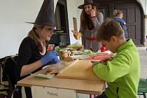S týdenním předstihem připravili na hradě Seeberg v Ostrohu u Františkových Lázní Valpuržinu noc pro děti. Akce se však odehrála v sobotu odpoledne a přilákala stovky ratolestí z celého regionu s jejich rodiči.