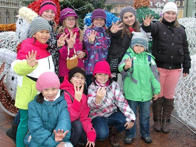 Sváteční atmosféru si přišli na chebské trhy užít také žáci z 5. základní školy v Chebu.