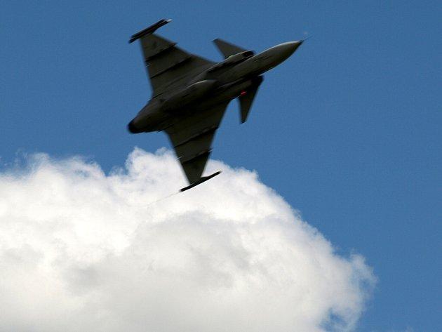 Stíhací letoun Gripen Armády České republiky nad chebským letištěm