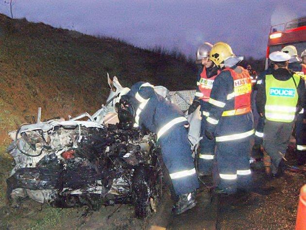 CIZINEC NEPŘEŽIL. Pick–up s německou značkou, který řídil 48letý cizinec skončil včera v ranních hodinách pod kamionem. Řidič srážku nepřežil.