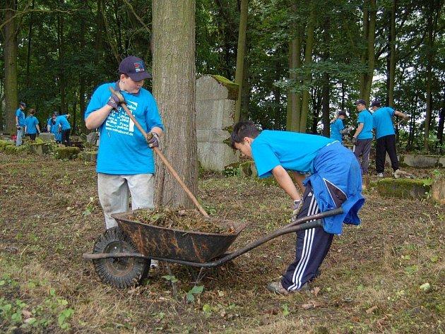 Německé a polské děti pracují na úpravě okolí hrobů válečného hřbitova v Chebu