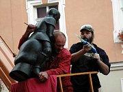 Instalace sochy do jedné z nik na chebském Špalíčku