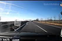 Řidič předjel na D6 ve vysoké rychlosti policejní vůz