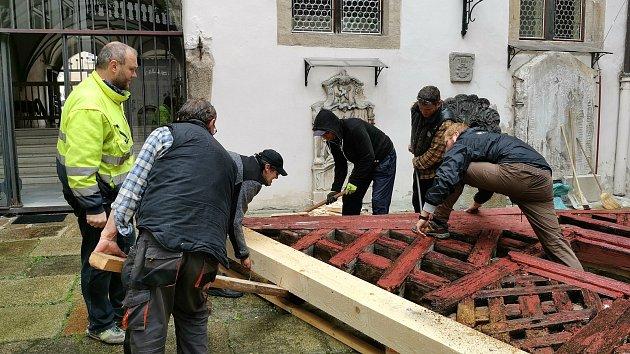 Instalace původního štítu hrázděného statku vMilíkově na nádvoří chebského muzea.