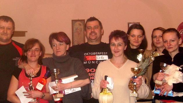 NEJLEPŠÍ z šipkařského turnaje: zleva  –   Vlastimil Blažek, třetí v soutěži žen Mirka Bartůšková , druhá Eva  Hofmistrová a vítězka Martina Janečková, mezi nimi Banán Tomáš Vaněk.