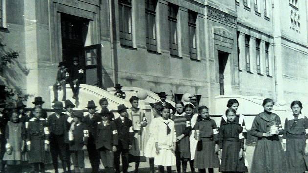 DOBOVÝ SNÍMEK. Na fotografii je vidět, že základní škola v Plesné mívala kdysi dva vchody, jeden pro chlapce, druhý pro dívky.