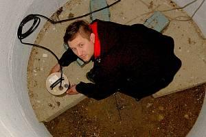 Zemětřesení zaznamenávají seismologové v profesionálních měřicích stanicích po celém Chebsku. Seismometr ukazuje i seismolog Jakub Klicpera.
