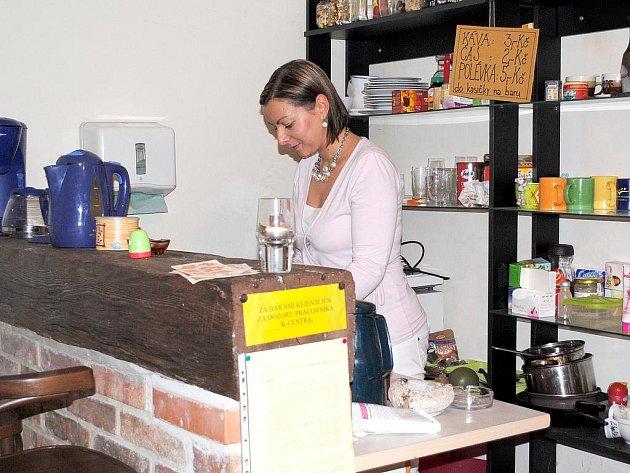 V KONTAKTNÍM CENTRU občanského sdružení Kotec v Chebu nabídne vedoucí Zuzana Skálová klientům i polévku.