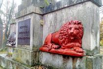 U zámku Lázně Kynžvart se v lese nad zámkem nachází jedna z historických památek, o které mnoho lidí neví. Jedná se o granitový Františkův monument.
