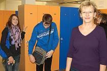 TAKÉ NOVÉ ŠATNY se žákům i pedagogům z františkolázeňské školy zamlouvají. Na snímku v popředí je ředitelka ZŠ Jiřina Fajfrová.