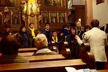 V CHEBSKÝCH KOSTELECH Pokoje a sv. Václava vystoupil mariánskolázeňský smíšený sbor Cantilo v.i.p.
