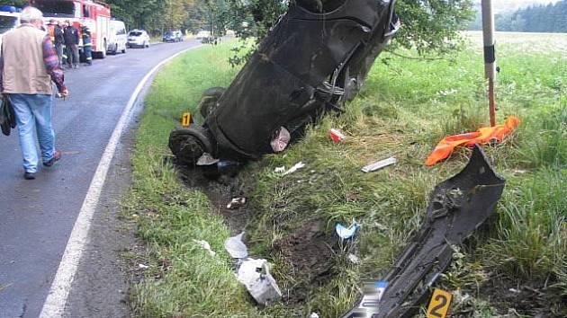Auto skončilo na střeše! Mladá řidička dostala při cestě z Hranic do Aše smyk. Vozidlo se zastavilo až o strouhu.