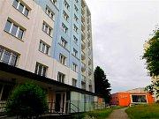Rekonstrukce bytů v takzvaném modrém věžáku v Chebu jde do finále.