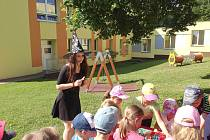 Pohádkové postavy dorazily za dětmi do Mateřské školy Skalka Cheb.
