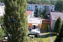 CHRÁNĚNÁ DÍLNA na chebském sídlišti Skalka je předmětem sporů. Místní obyvatelé si stěžují na hluk a prach, zástupci firmy dělají maximum pro snížení těchto doprovodných jevů.