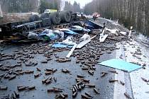 Víc než tři hodiny byla ve středu ráno uzavřená frekventovaná silnice mezi Chebem a Dolním Žandovem. Převrátil se zde totiž kamion plný prázdných láhví od piva, které se vysypaly na vozovku.
