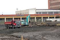 REKONSTRUKCE DOPRAVNÍHO terminálu v Chebu zkomplikovala parkování obyvatelům domu v Dukelské ulici.