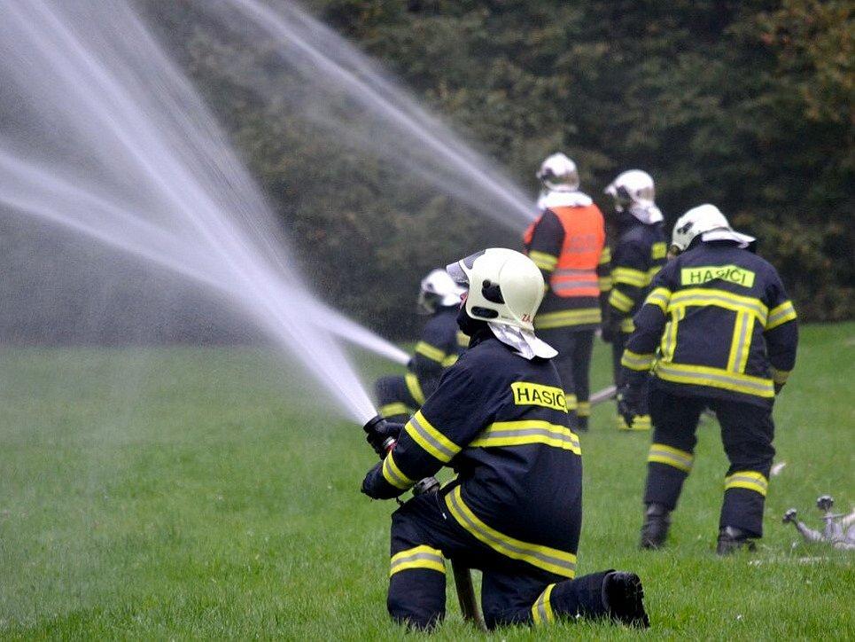 DVACET MINUT museli hasiči v rámci cvičení na zámku Kynžvart zajišťovat stálou dodávku vody.