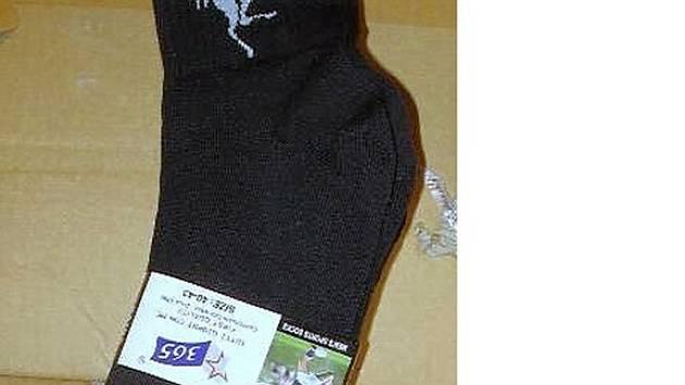Ponožky značky Ferrari zajištěné chebskými celníky