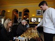 Šachový velmistr Marek Vokáč při simultánce v Mariánských Lázních