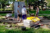 Pomník vojáků americké armády opravují v těchto dnech dělníci v Městských sadech v Chebu.