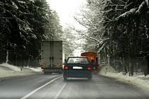 PŘEDJÍŽDĚNÍ NA PLNÉ ČÁŘE?  V případě, že řidič sypače předjížděl, mohl dostat až dva tisíce pokuty. Jde ale o to, zda předjížděl nebo objížděl překážku v silničním provozu.