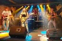 Mariánskolázeňská rocková kapela BABA HED rozproudila krev všem svým fanouškům při oslavě deseti let jejich existence v hudebním klubu Na Rampě.