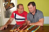 Několik cenných kovů z olympiád a mistrovství světa vytáhl Jarda Špaček v pohodě z igelitky a pak si v klidu se zájemci pohovořil nejen o svojí kariéře. Na snímku právě nešetřili úsměvy při ´pokecu´ s Vlastimilem Strýčkem z HC Stadion Cheb.