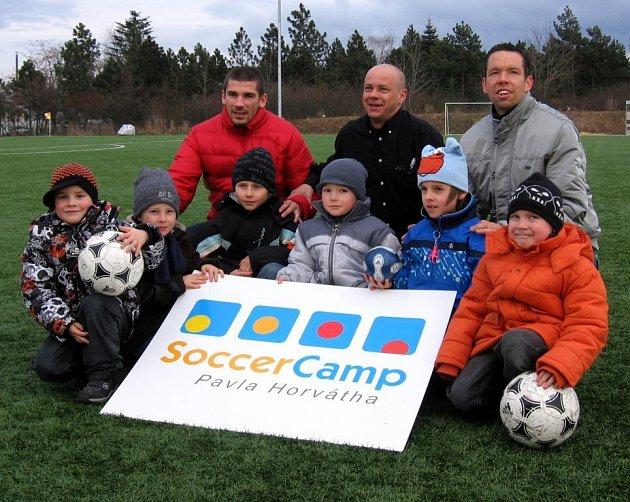 Jan Rezek, Pavel Maršík (vedoucí projektu Akademie fotbalových trenérů o. s.), , Pavel Horváth (vzadu zleva) a  mladí účastníci bloku MINI.