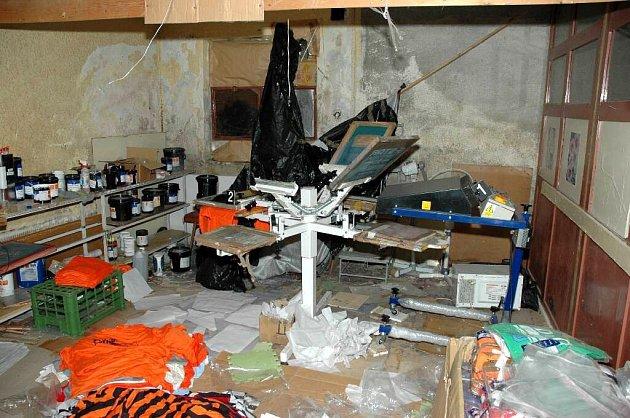 Celníci našli v Chebu velkou výrobnu padělků a navíc zboží za 31 milionů korun