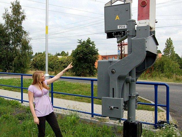 PŘEJEZDY JSOU OČÍSLOVANÉ. Železniční přejezd u chebské Skalky je také opatřen identifikačním číslem. Případnou poruchu mohou lidé oznámit na tísňové lince.