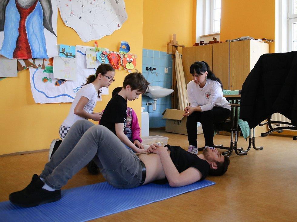Poranění končetin, břicha anebo nejrůznější zlomeniny. S tím vším si musela poradit družstva mladých zdravotníků v Domě dětí a mládeže Sova v Chebu.